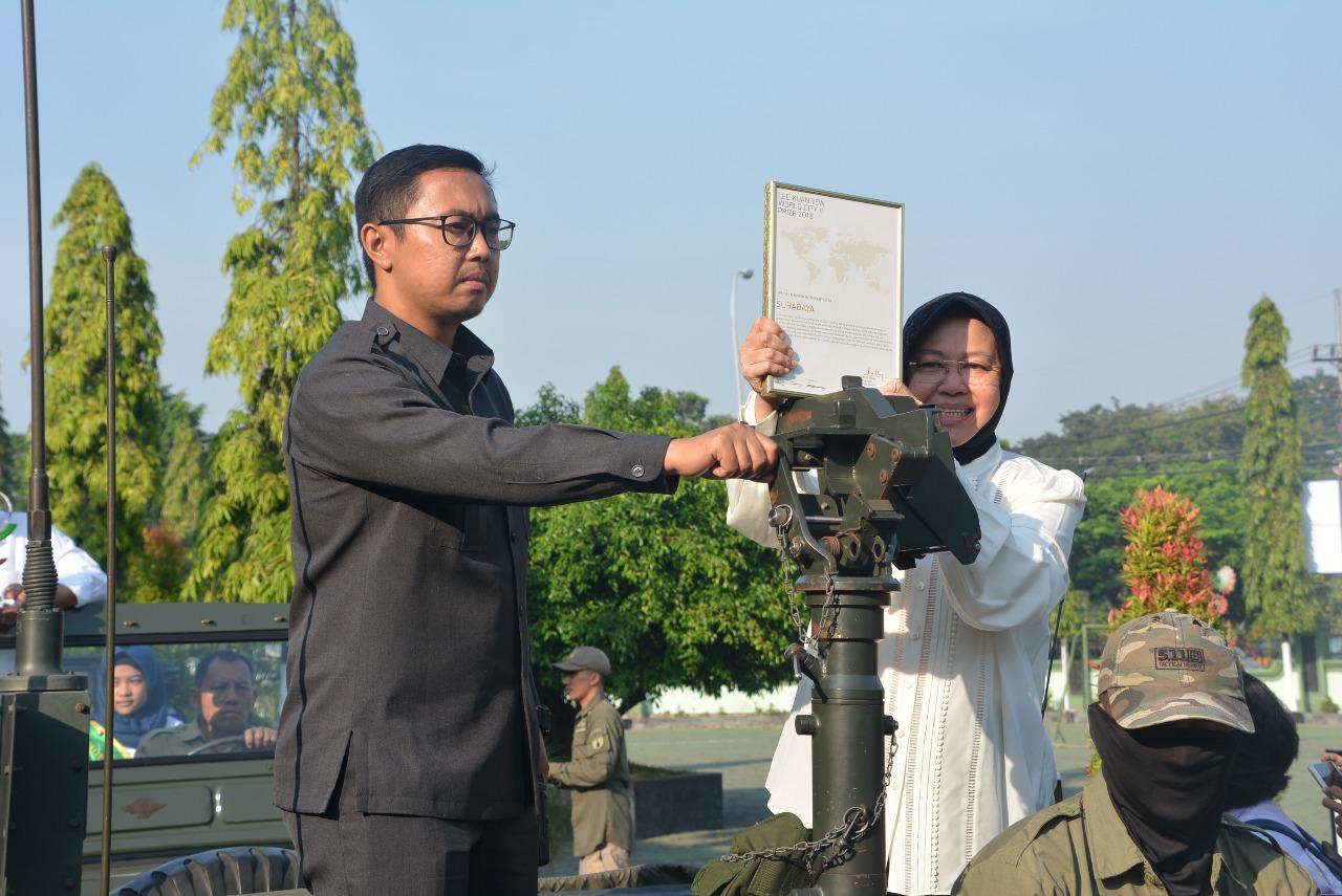 Waikota Surabaya, Tri Rismaharini menerima penghargaan Lee Kwan Yew World