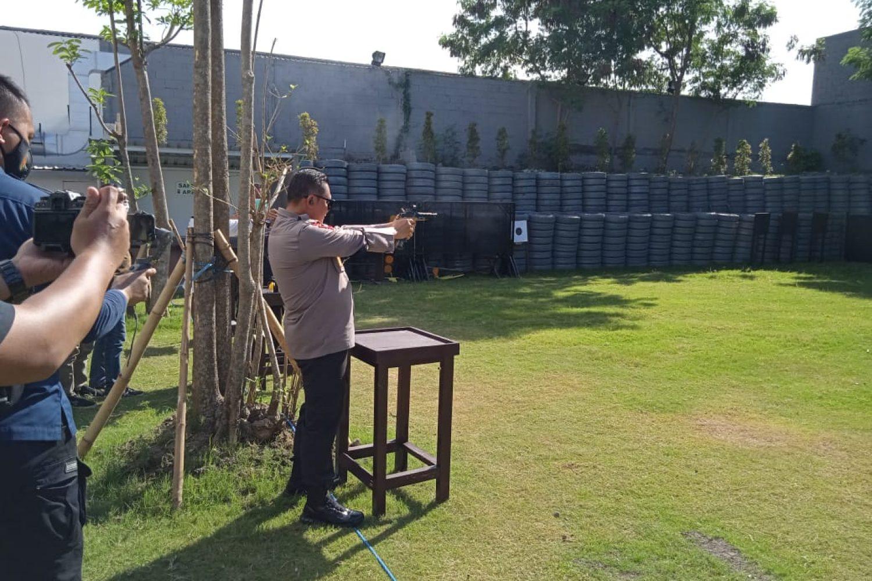 Irjen Pol Fadil Imran saat membidik sasaran di Lapangan Tembak Mapolda Jatim