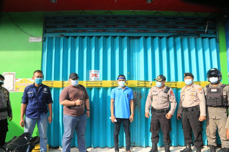 Petugas Satgas PPKM Surabaya menyegel rumah Karaoke Pop City